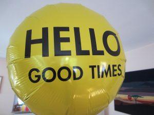 Gelber Ballon mit Aufdruck Hello Good Times