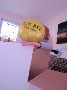 Gelber Ballon fliegt aus Kiste