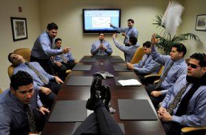 Manager am Konferenztisch