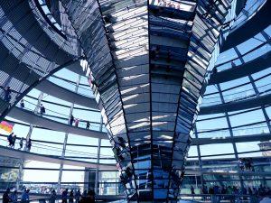 Wahlkampf im Internet symbolisiert duch Kuppel des Bundestags