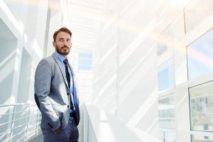Produktmanager als CEO im modernen Bürogebäude