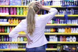 Produktwissen vor Supermarktregal