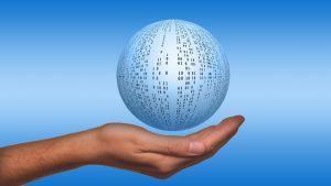 CRM als schwebende Datenkugel über Hand