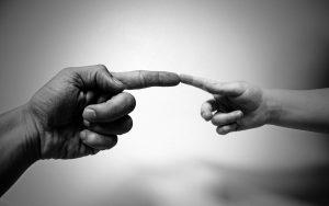 Zwei sich berührende Finger