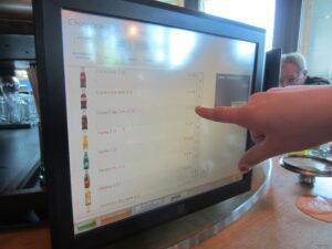 Bestellung am Bildschirm im Restaurant FoodLoop im Europapark Rust - Erlebnisgastronomie