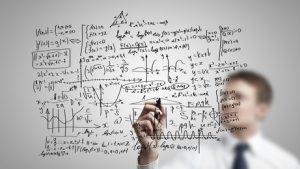 Mann vor durchsichtiger Glasscheibe - Aufgaben im Marketing lösen