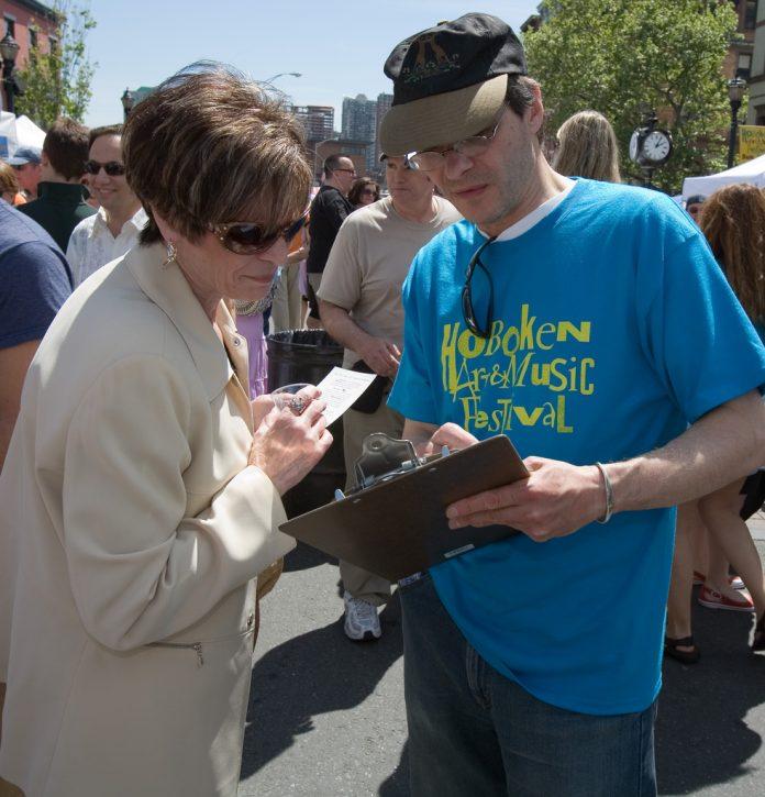 Mann und Frau beim Ausfüllen eines Fragebogens