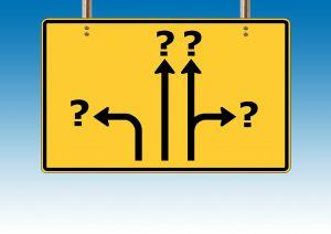 Verkehrssschild mit Fragezeichen für Produkteigenschaften oder Marke