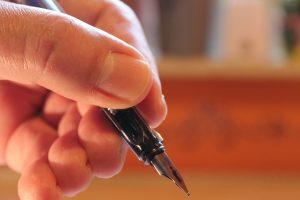 Hand mit Füller als Blogger Relations