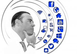 Spezialist IT im Marketing mit Social Media Icons