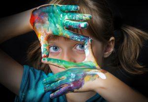 mit Farbe verschmierte Hände für Design Thinking