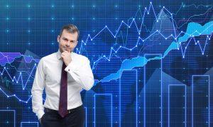 Verkäufer überlegt Vertriebsmodell vor Chart