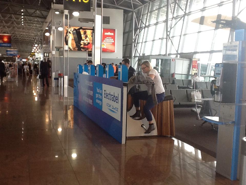 Theke mit trampelnden Menschen am Flughafen