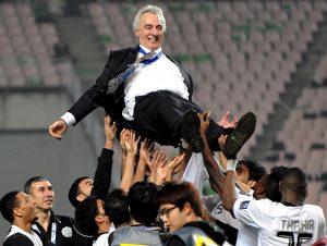 Coach wird von Team in die Luft geworfen