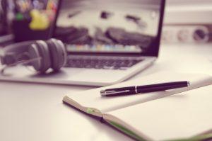 BerlinValley News - Laptop, Stift und Notizen