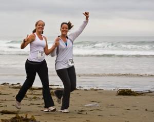 Zwei Läuferinnen am Strand