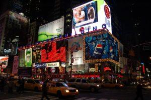 Leuchttafeln als Werbung am Times Square bei Nacht