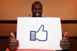 Hans Sarpei mit Facebook Like Button