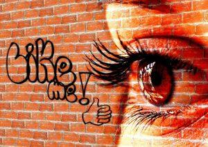 Fans - Like me auf Häuserwand mit Auge