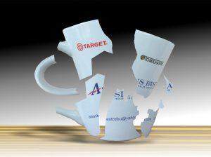 zerspringende Tasse mit Markenabbidungen