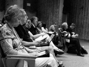 Leute im Meeting mit iPad und Laptop