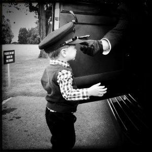 Kleiner Junge mit Chauffeursmütze