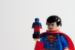 geschrumpfter Lego Supermann als Sinnbild für Schrumpfungsstrategie