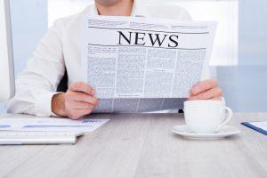 Zeitung lesen im Büro - News