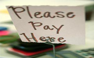 Preisbildung: Schild mit Please pay here
