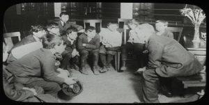 Retrobild Lehrer im Kreis mit Schülern beim Erzählen
