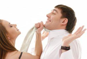 Vertrieb und Marketing als streitendes Paar symbolisiert