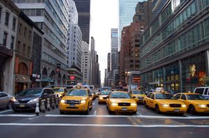 Taxen wartend an Ampel in New York
