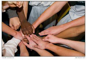 Bild mit Händen von Sportlern als Synonym für Organisationsstruktur und Zusammenarbeit