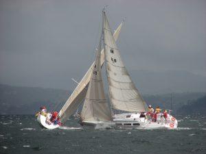 Wettbewerbsstrategie: Yachten im Rennen