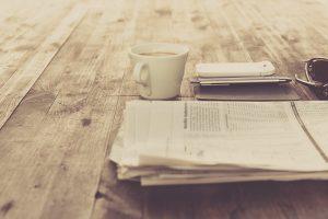 Zeitung liegt auf Holztisch, so arbeiten Blogger nicht